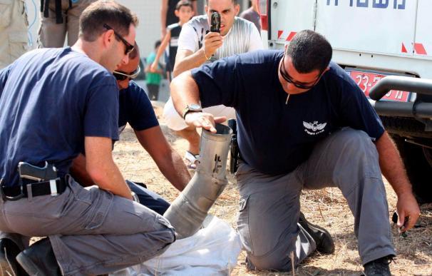 Un cohete del tipo Katyusha impacta en la ciudad israelí de Ashkelon, al norte Gaza