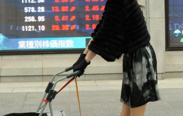 La Bolsa de Tokio vuelve a caer lastrada por la fortaleza del yen