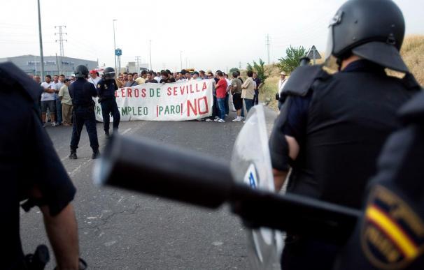 Los trabajadores de Astilleros de Sevilla cortan el tráfico para pedir soluciones