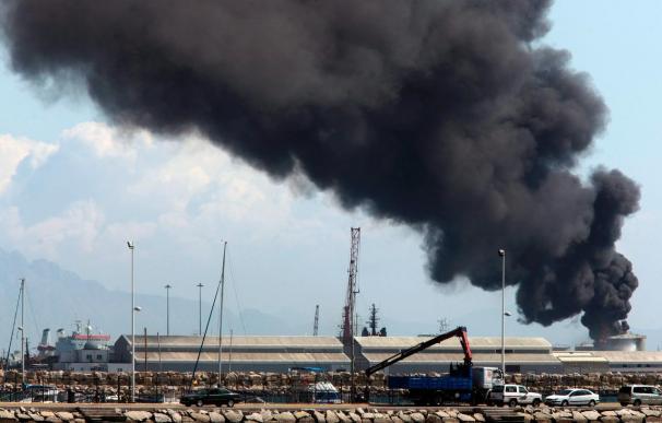 Una quincena de heridos al explotar un depósito en el puerto de Gibraltar