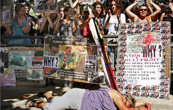 Antitaurinos protestan contra la fiesta de los toros - EFE