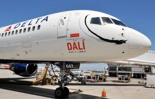 Delta pinta el bigote de Dalí a uno de sus aviones en homenaje al pintor español