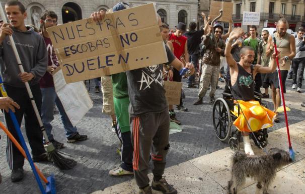 Un centenar de indignados barren la plaza Sant Jaume en protesta por la actuación policial