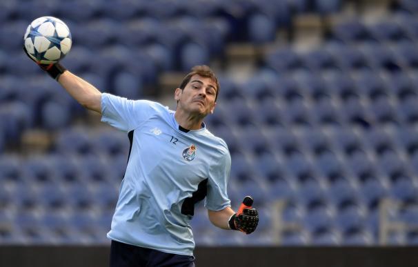 Iker Casillas, entrenando en el estadio Do Dragao el día antes del duelo de Champions League entre Oporto y Chelsea (AFP)