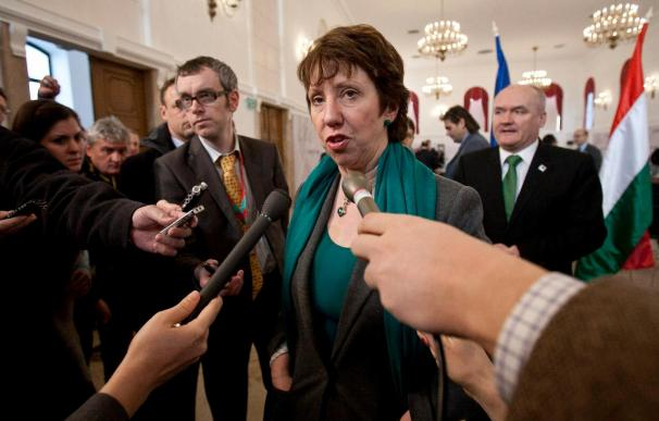 """Ashton dice que la UE adoptará medidas restrictivas contra Gadafi con """"urgencia"""""""