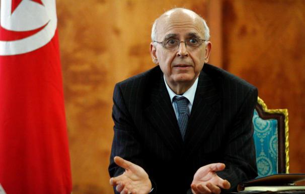 El primer ministro tunecino, Mohamed Ghanuchi, anuncia su dimisión