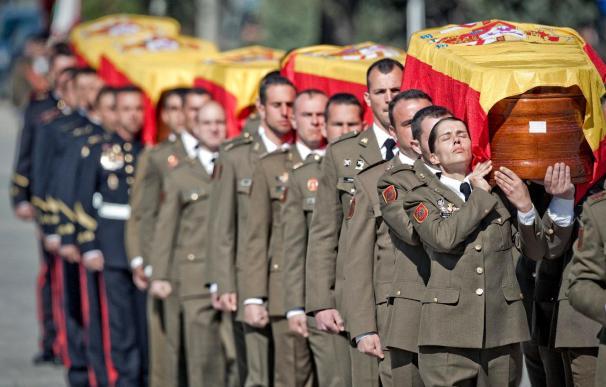 Dolor y emoción por los militares en el funeral presidido por el Príncipe
