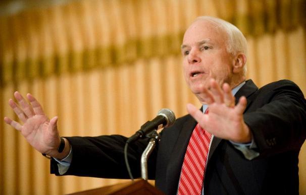 McCain pide a Obama que considere emprender acciones militares contra Gadafi