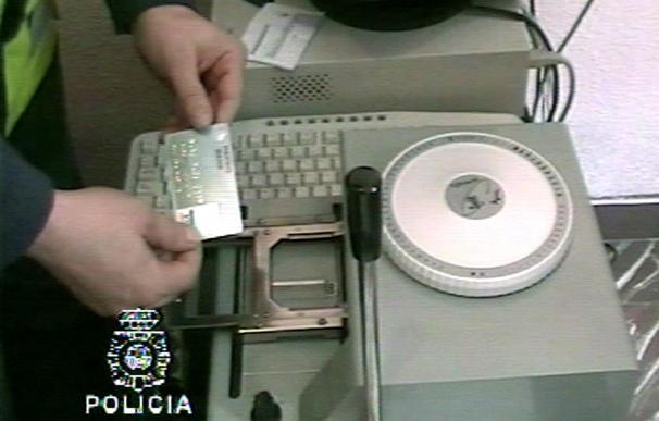 Detenidos 24 responsables de comercios implicados en una red de falsificación de tarjetas