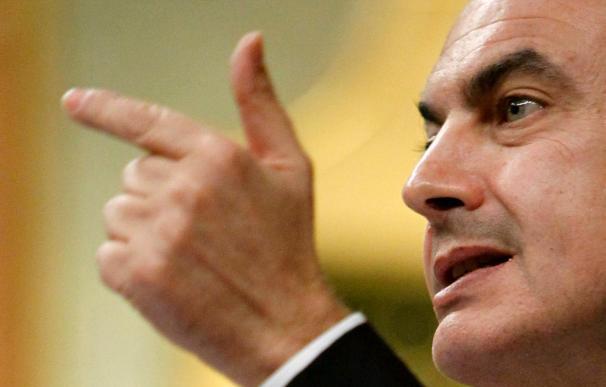 Zapatero reivindica el avance social, pero la oposición reprueba sus recortes