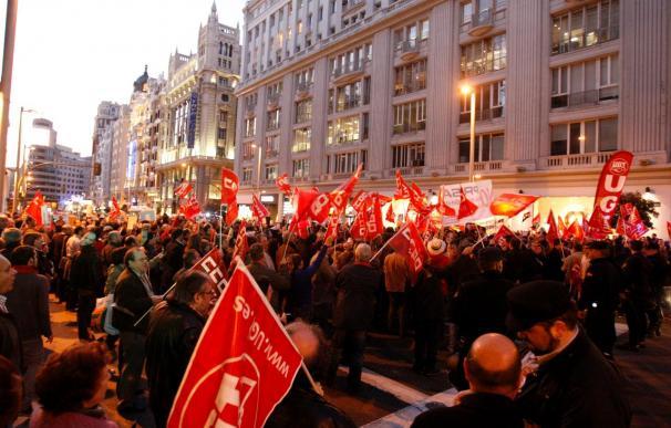 Cientos de personas cortan la Gran Vía en protesta por los recortes en PRISA