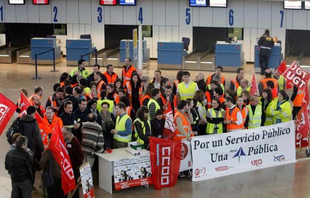 Los sindicatos amenazan con huelgas en Semana Santa si sigue la privatización de AENA