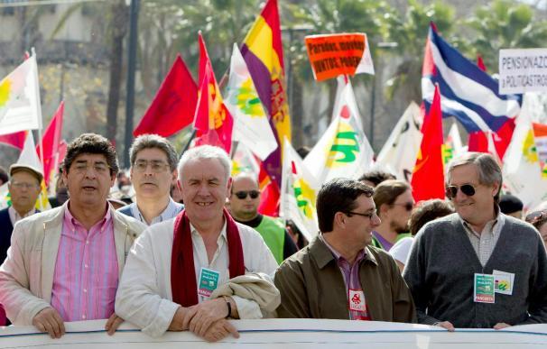 """Cayo Lara acusa a Zapatero de aplicar """"las políticas que emanan de la FAES"""""""