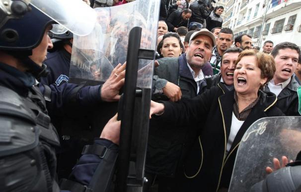 La Policía impide de nuevo por la fuerza otra manifestación en Argel