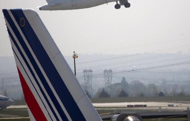 El principal aeropuerto francés sólo tiene queroseno hasta el martes por el bloqueo de las refinerías