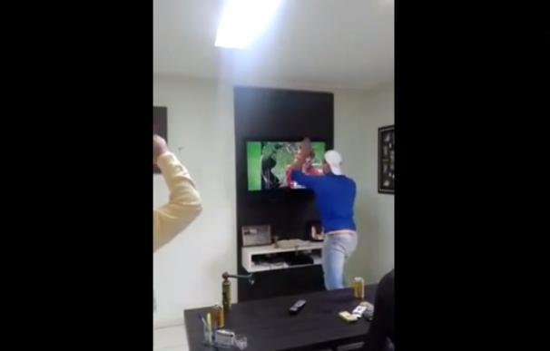 El aficionado que rompe su televisión
