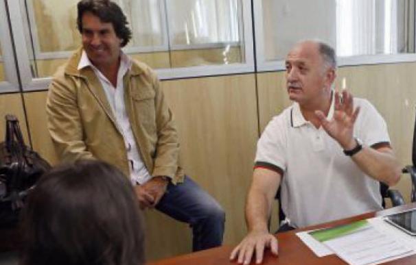 El director de comunicación de Brasil, Rodrigo Paiva, junto al seleccionador Luiz Felipe Scolari