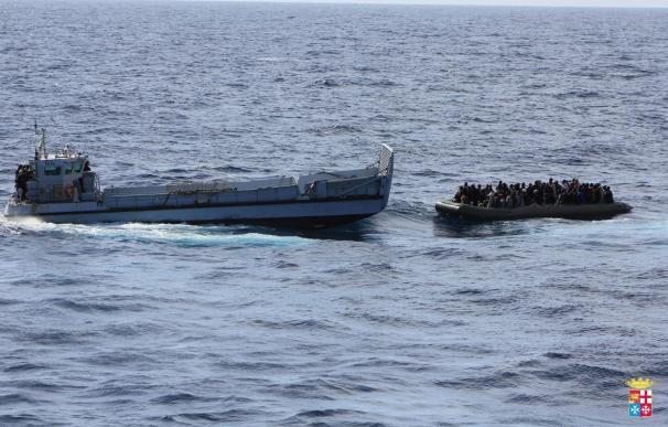 La Marina de Italia localiza los cadáveres de cerca de 30 inmigrantes en un bote en el Canal de Sicilia