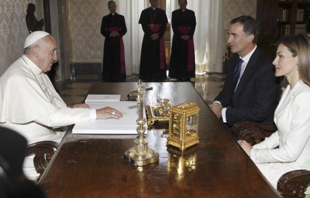 Felipe VI explica al papa el relevo en la Corona y espera que visite España
