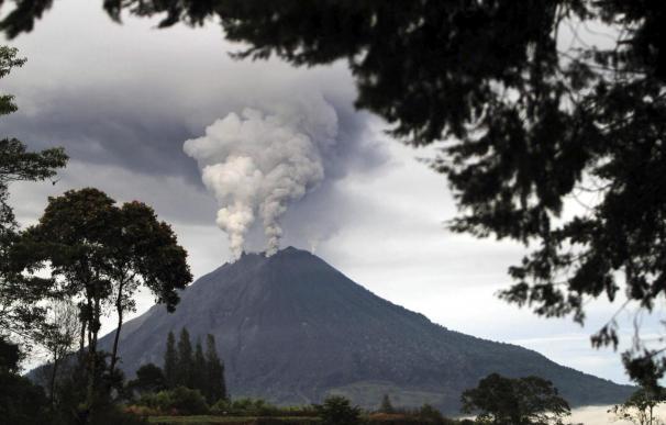 Más de 19.000 desplazados por la erupción del volcán Sinabung en Indonesia