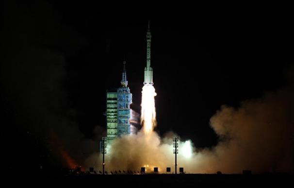 """El """"Shenzhou IX"""" vuelve con éxito a la Tierra tras marcar un hito en China"""