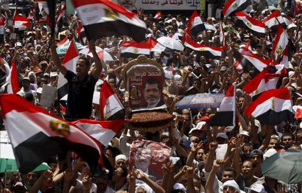 Mursi dice ante miles de seguidores en la plaza Tahrir que la revolución continúa