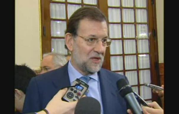 """Rajoy considera """"absurdo"""" que Zapatero cite el 23-F en una pregunta económica"""