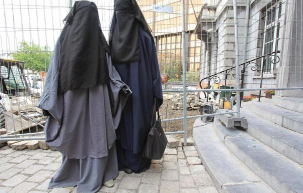 El burka y cualquier elemento que oculte el rostro podrá ser retirado para facilitar la identificación.