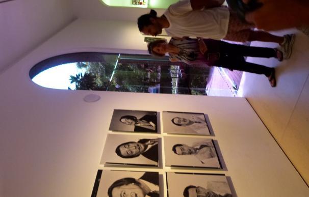 La hija y el nieto del fotógrafo Philippe Halsman visitan su exposición sobre el bigote de Dalí