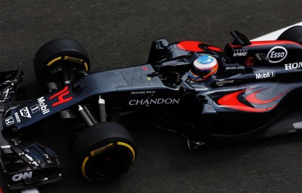 Fernando Alonso lidera la sesión matinal en el test de Silverstone