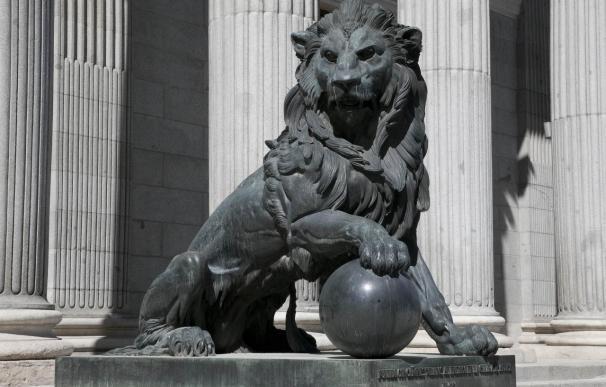 El Gobierno desaconseja añadir testículos a uno de los leones del Congreso para no dañar la escultura original