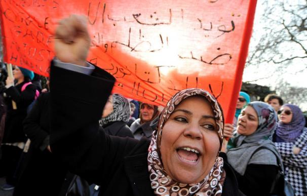 Decenas de miles de libios exigen en Bengasi el fin del régimen de Gadafi