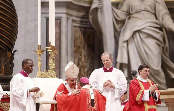 El papa impone el palio a 24 arzobispos, cinco de ellos iberoamericanos