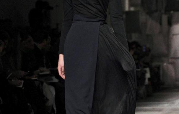 La sensualidad más autoritaria de Moschino invade las pasarelas de Milán