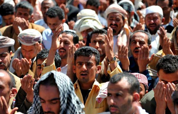 Un muerto y 17 heridos durante protestas política en Yemen