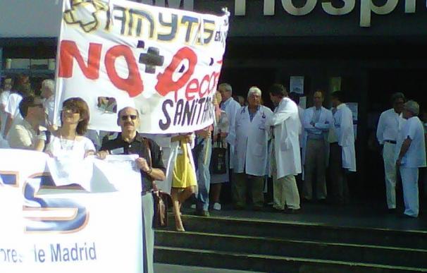 Unos 200 médicos se concentran en el Hospital La Paz en el tercer día de huelga de los sanitarios madrileños