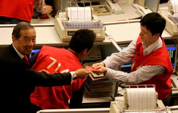 El índice Hang Seng suma 180,92 puntos, 0,79 a media sesión, hasta 23.193,29
