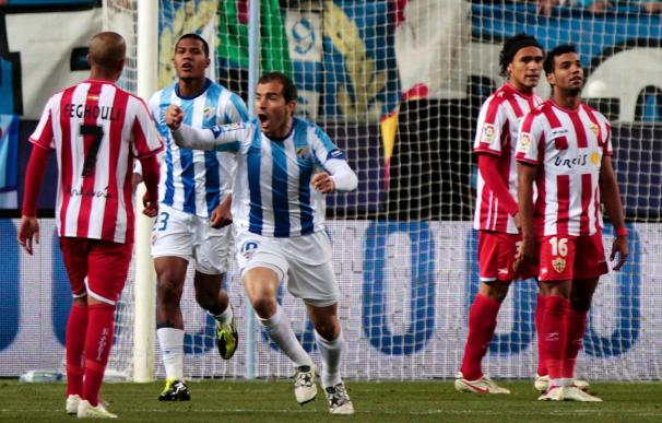 El Málaga remonta a un Almería que acabó con nueve