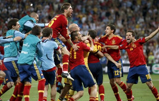 Los jugadores de la 'Roja' celebran el pase a la final de la Eurocopa