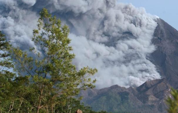 El volcán indonesio Merapi expulsa lava, ceniza y gases