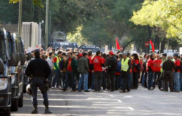 Cientos de personas protestan ante Industria contra el decreto del carbón