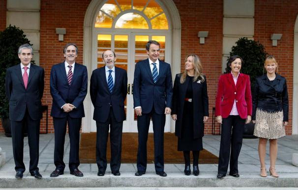 Zapatero posa en la Moncloa con sus nuevos ministros tras la remodelación