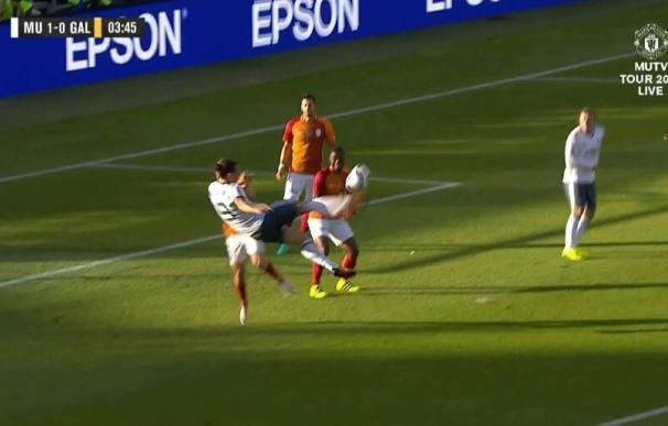 ¡Espectacular! A Ibrahimovic le bastan 3 minutos para marcar de tijera con el United