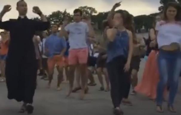 El baile de un sacerdote en la JMJ arrasa en la red