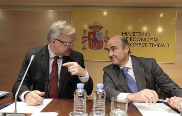 El comisario europeo de Asuntos Económicos, Olli Rehn, junto al ministro de Economía y Competitividad, Luis de Guindos, en una rueda de prensa.