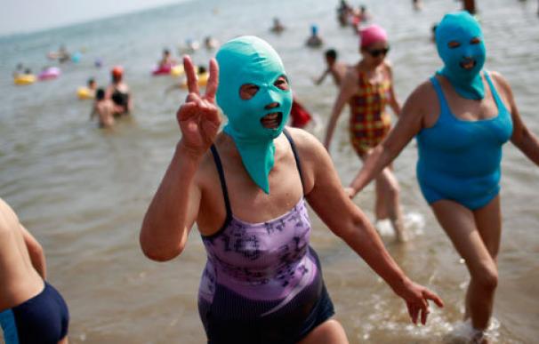 Ni el bañador, ni el bikini, la moda asiática es el 'facekini'