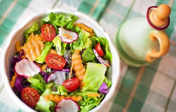 Beber agua y llevar una dieta saludable en verano previene la deshidratación en pacientes con enfermedades metabólicas