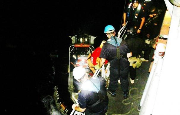 El patrullero 'Cazadora' auxilia al patrón del pesquero 'Quinto y Familia' cuando sufría un infarto