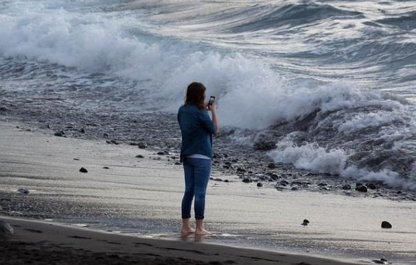 Usar menos el teléfono móvil en vacaciones ayuda a reducir el 'tecnoestrés', según un experto