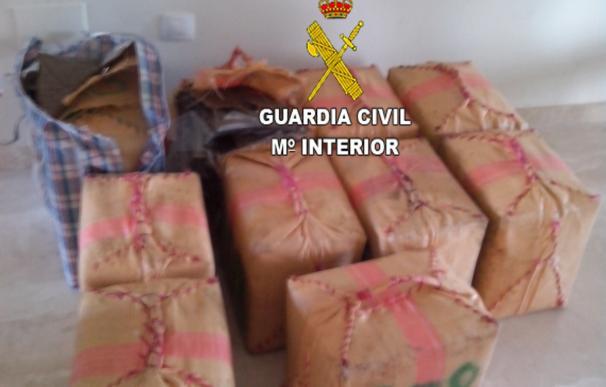 La Guardia Civil detiene a tres personas dedicadas al tráfico de droga en Mijas